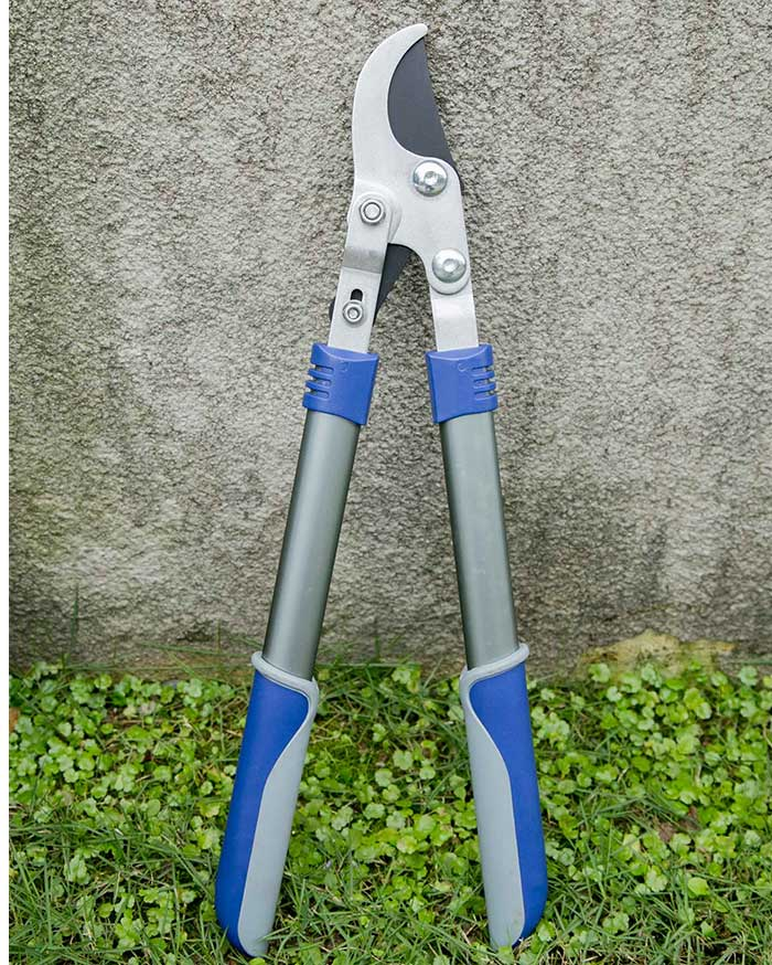 What are the preparations before using garden tools?